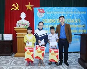 Đoàn thanh niên Báo Đại Đoàn Kết trao học bổng cho trẻ em khó khăn xã Ninh Thắng