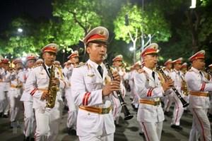 Đoàn Nghi lễ Công an nhân dân tiếp tục trình diễn trên phố đi bộ hồ Hoàn Kiếm