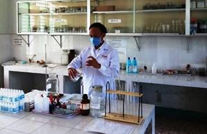 Trường Cao đẳng Y tế Quảng Nam sản xuất dung dịch sát khuẩn nhanh tặng các chốt cách ly