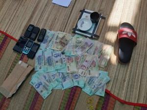Cảnh sát đột kích khu nhà mồ bắt nhóm 'tụ tập' đánh bạc