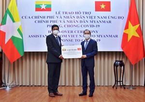 Trao tượng trưng quà tặng cho Chính phủ và nhân dân Myanmar chống dịch