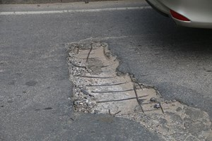 [VIDEO] Mặt đường cầu Đuống xuống cấp nghiêm trọng, nham nhở 'sống trâu, ổ gà'
