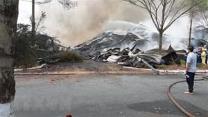 Khói lửa bao trùm đám cháy tại kho hàng chứa 15.000 tấn hạt điều