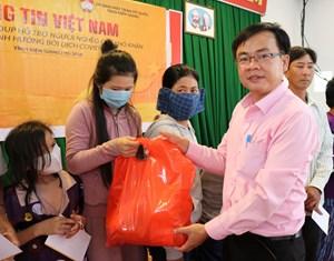 Kiên Giang: Trao 300 phần quà hỗ trợ bà con xã đảo gặp khó khăn dịch Covid-19