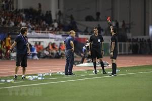 Hình ảnh HLV Park Hang-seo nhận thẻ đỏ trong chung kết SEA Games 30