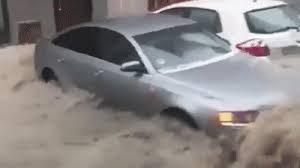 [VIDEO] Mưa đá gây lũ cuốn trôi xe hơi trên đường phố Madrid