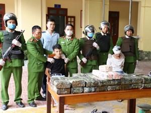 Hà Tĩnh: Bắt nóng 2 đối tượng vận chuyển 45 kg ma túy đá