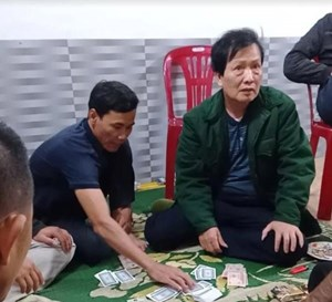 Chủ tịch xã ngồi trên chiếu bạc giữa đại dịch Covid-19 bị phạt 2 triệu đồng