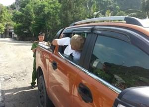 Gửi xe ở bãi đỗ, bị kẻ gian đập vỡ kính ôtô lấy trộm điện thoại Vertu