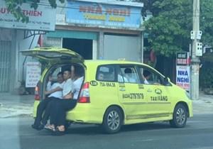Tài xế taxi 7 chỗ mở nắp capo chở 11 người vi vu trên quốc lộ