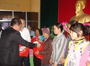 Hà Nội: 63 đơn vị, tổ chức, cá nhân ủng hộ quỹ 'Vì người nghèo'