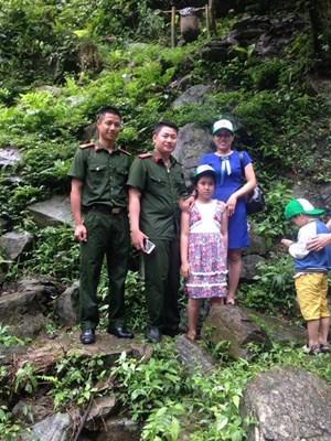 Hai cảnh sát dũng cảm lao mình xuống thác nước cứu bé 11 tuổi