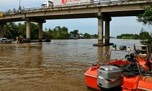 Hai vợ chồng mất tích khi sà lan bị chìm ở miền Tây