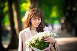 Hoa hậu Hoàng Kim khoe vẻ đẹp thanh xuân, e ấp bên cúc họa mi
