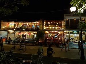 Hội An: Nhà hàng không mở nhạc to, lấn vỉa hè
