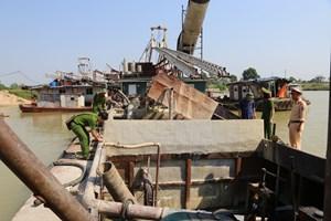 Bắc Ninh: Bắt quả tang nhiều tàu khai thác cát trái phép