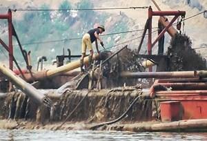 Hà Nội: Phát hiện tàu khai thác cát trái phép trên sông Hồng