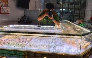 Quảng Ngãi: Trộm đột nhập tiệm vàng khi chủ tiệm mải xem bóng đá