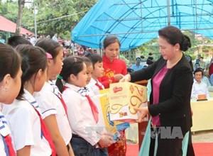 Lãnh đạo Quốc hội vui Tết Trung thu với thiếu nhi Tuyên Quang, Bến Tre