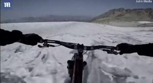 Mạo hiểm đạp xe xuống sườn núi phủ đầy băng tuyết