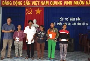 Mặt trận tỉnh Khánh Hòa tặng 20 suất quà cho người dân bị thiệt hại do bão