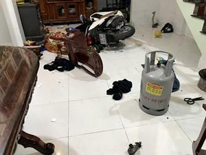 Mâu thuẫn với cha, nam thanh niên ôm bình gas cố thủ trong nhà