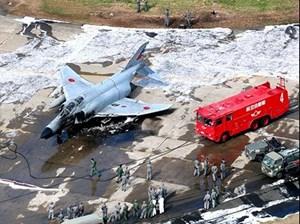 Máy bay quân sự Nhật Bản bốc cháy