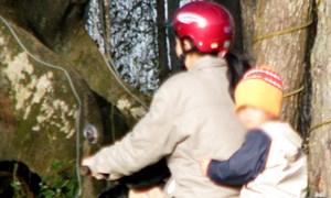 Mẹ con bé trai bị tên cướp đạp xuống kênh ven Sài Gòn