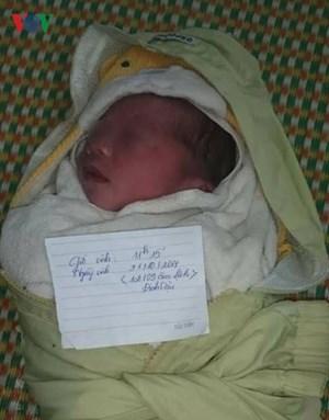 Một bé trai vừa sinh bị bỏ rơi ở trạm y tế