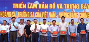 Nghệ An: Trao 500 lá quốc kỳ cho ngư dân