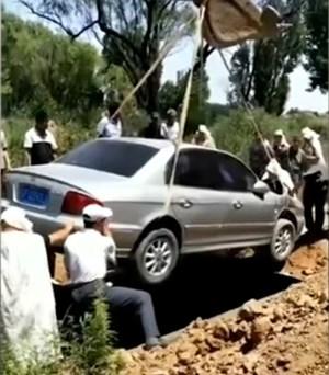 Người chết được chôn cùng xe hơi