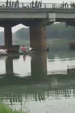 Người dân vỗ tay tán dương nam thanh niên cứu cô gái nhảy cầu tự tử