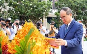 Dâng hoa, dâng hương tưởng niệm Chủ tịch Hồ Chí Minh