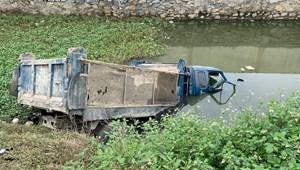 Cố tình băng qua đường sắt, tài xế xe tải bị tàu hàng tông tử vong