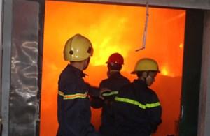 Nhà kho công ty sản xuất tăm, đũa cháy ngùn ngụt trong đêm
