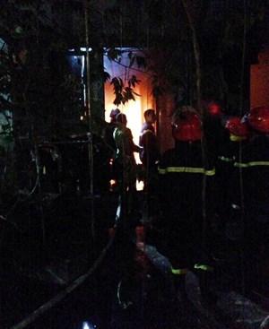 Nhà trọ 4 tầng bốc cháy, bố mẹ ôm con tháo chạy lên sân thượng