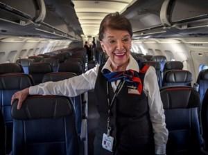 Nữ tiếp viên hàng không 81 tuổi