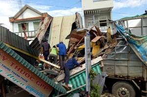 Ôtô đâm sập bốn căn nhà, một phụ nữ kẹt trong đống đổ nát