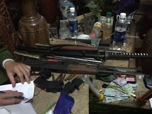 Phá ổ buôn ma túy thu giữ nhiều vũ khí nóng