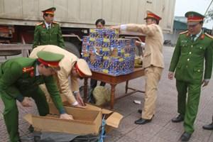 Pháo và thuốc phiện ngụy trang dưới rau củ qua cửa khẩu