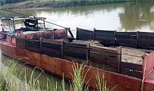 Phát hiện một ghe máy hút cát trái phép trên sông Yên