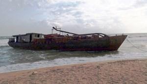 Phát hiện một tàu sắt vô chủ trôi dạt vào biển Quảng Nam