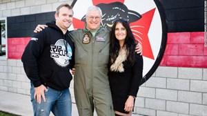 Phi công chiến đấu cơ lớn tuổi nhất thế giới nghỉ hưu
