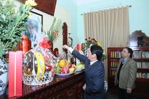 Phó Chủ tịch - Tổng Thư ký Hầu A Lềnh chúc Tết gia đình cố Tổng Bí thư Lê Duẩn