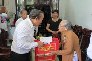 Phó Thủ tướng Trương Hòa Bình thăm, tặng quà các gia đình chính sách tại Huế