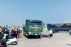 Thanh Hóa: Va chạm với xe tải, 2 người đi xe máy tử vong