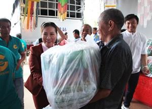 Trao 600 phần quà cho đồng bào bị thiên tai tại Phú Quốc