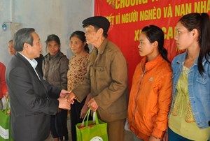 Bí thư Tỉnh ủy Quảng Bình tặng quà Tết cho hộ nghèo dân tộc thiểu số