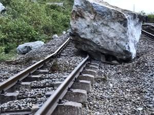 Quảng Bình: Đá núi rơi khiến đường sắt ở ga Lạc Sơn hư hỏng