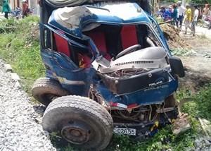 Quảng Bình: Tàu hỏa đâm xe tải, 2 người thương nặng